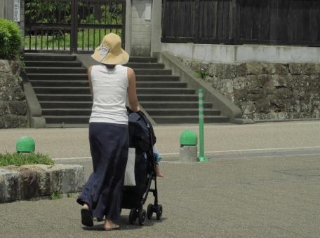 子守 親 熱い 炎天下 乳母車 親子 街中 散歩 買い物 主婦 ママ おかあさん お母さん 家事 乳児 幼児 赤ちゃん 若い