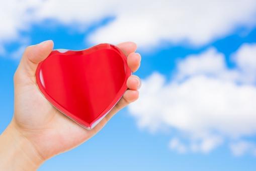 ハート つかむ ラブ 手 女性 青空 空 愛 愛情 雲 告白 カップル 恋人 心臓 健康 ヘルス 高血圧 生活 生活習慣病 病気 病院 気持ち 医療 メディカル
