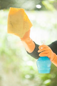 生活 暮らし 家 住宅 家庭 家事 掃除 清掃 ハウスキーピング ハウスクリーニング ライフスタイル 窓 磨く 窓掃除  窓ふき 窓ガラス 人物 女性 手元 アップ 洗剤 ボトル スプレー 布巾 ふきん 雑巾 ぞうきん ゴム手袋 拭く 掃除道具 掃除用品
