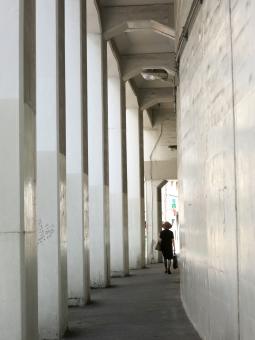 鶯谷 鶯谷駅 うぐいすだに 台東区 根岸 下町 高架下 橋上駅舎 柱 道路 東京 街並 16 tokyo jr東日本 駅前 女性 モノトーン シルエット イメージ クール スタイリッシュ