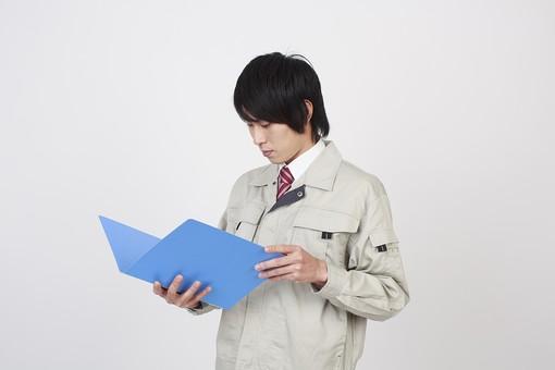 人物 男性 日本人 日本人男性 20代   若い 若者 仕事 職業 社会人  作業服 作業着 技術者 専門職 エンジニア  作業員 スタジオ 白バック 白背景 ポーズ 上半身 ファイル ノート レポート 見る 確認 観察 点検 報告 mdjm006