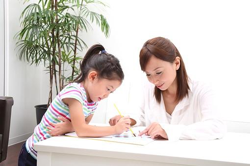 親子 家族 人物 大人 子供 遊ぶ 女の子 お母さん 母親 母 親  二人 一緒  仲良し 絵 お絵かき 書く 塗る 絵の具 筆 室内 家 住居 建物 ソファー テーブル 植物 観葉植物 日本人 幼児 団らん 家庭 生活 暮らし ライフスタイル mdfk003 mdjf029