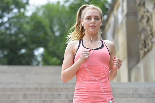 外国人 女性 女 20代 30代 若い 金髪 ロングヘアー ポニーテール 上半身 アップ 走る ジョギング ランニング ウォーキング 歩く 駆け足 ダッシュ 下る おりる 運動 スポーツ トレーニング ランニングウェア スポーツウェア 音楽プレイヤー ウォークマン イヤホン 背景 階段 森林 木 公園 パーク mdff019