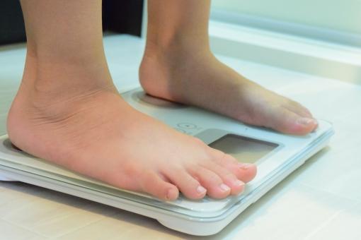 体重計 ヘルスメーター ダイエット 体重管理 健康管理 足 人 メタポ 美容 健康 体脂肪 体脂肪計 体重測定 人物 痩せる 痩せたい カロリー カロリー計算 不摂生 減量 カロリー制限 骨密度