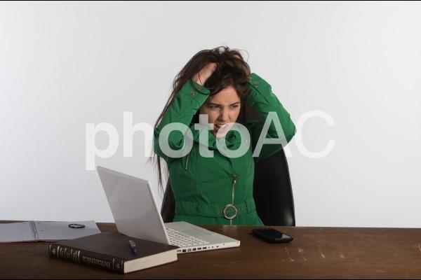悩む女性2の写真