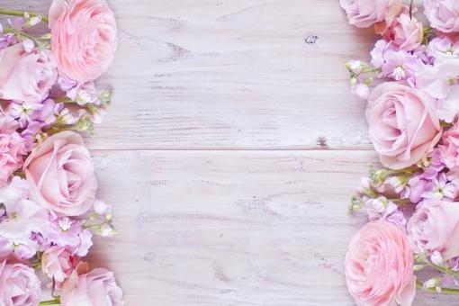 ピンクの花たちのフレームの写真