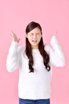 人物 女性 日本人 若者 若い  20代 美人 かわいい ロングヘア カジュアル  ラフ 私服 セーター ニット 屋内  スタジオ撮影 背景 ピンク ピンクバック ポーズ  おすすめ 上半身 イライラ ストレス ムシャクシャ 限界 うるさい mdjf007