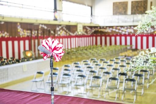 式典 入学式 卒業式 入社式 マイク 壇上 舞台 学校 講堂 体育館 セレモニー 紅白 幕 いす 飾り 日本 アップ 挨拶 祝辞