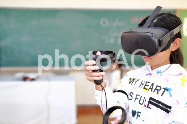 VRで授業を受ける女の子の写真