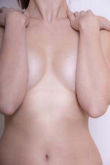 体 人体 生き物 生物 人間 モデル 女性 外国人 異国 整った 若い 綺麗 美しい アップ パーツ 部分 首 ヌード 肩 胸元 鎖骨 裸 セクシー 裸体 艶やか 魅力 素肌 バスト おなか へそ 腕