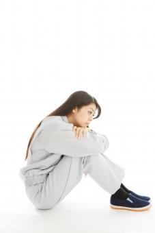 人物 日本人 女性 女の子 20代  モデル かわいい 美人 ロングヘア 作業服  作業着 スタジオ撮影 白バック 白背景 仕事  技術職 ガテン系 作業員 座る 体育座り 体操座り 横向き 横顔 ぼんやり 落ち込む 考える 考え事 全身 mdjf019