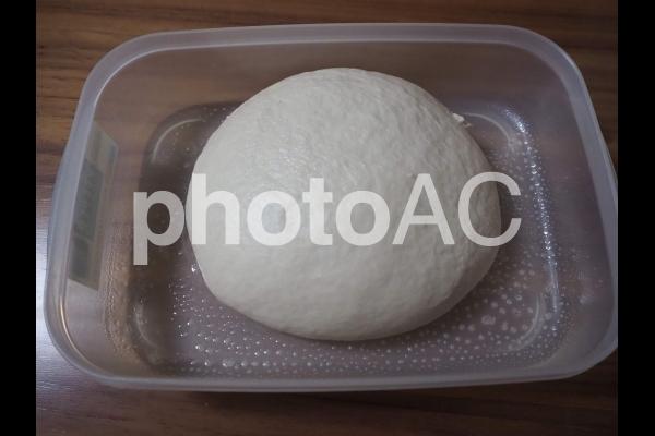 自家製パン生地を発酵させるところの写真