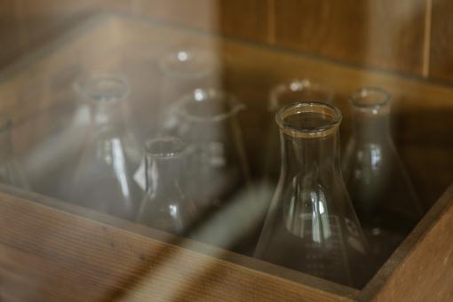 廃校 小学校 理科室 実験 化学 ビーカー 試験管 フレスコ