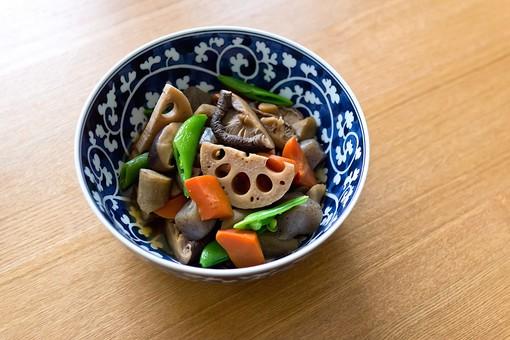 筑前煮 れんこん 椎茸 人参 こんにゃく いんげん 煮物 和食 日本 野菜 食べ物 おかず 食事 料理  根菜 食器 和食器 陶器 机上 食卓 和 郷土料理 夕食 家庭料理 日本料理 御飯 和柄 和皿