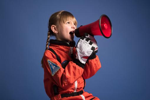背景 ダーク ネイビー 紺 女の子 女子 女 女児 子ども こども 子供 1人 ひとり 一人  児童 宇宙服 宇宙 服 スペース スペースシャトル 宇宙飛行士 飛行士 オレンジ 希望 夢 将来 未来 体験 職業体験 職業 小道具 小物 ハンドマイク 拡声器 叫ぶ  外国人 mdfk045
