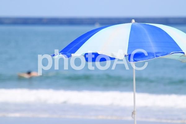 夏の海とパラソルの写真