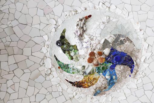 海外 外国 ヨーロッパ スペイン バルセロナ グエル公園 グエル伯爵 ガウディ アントニオ 建築 建築物 建物 建築家 デザイナー タイル モザイク トレンカディス ジュゼップ マリア ジュジョール 旅行 旅 観光 トリップ トラベル 曲線 トカゲ 外観 有機的 カラフル 黄色 青 緑 模様 リサイクルモザイク 風車 花