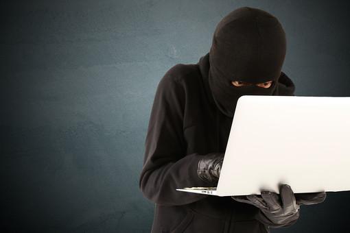 人物 ネット犯罪 パソコン PC ノートパソコン ハッカー ハッキング サイバー攻撃 ネット 書き込み 犯行声明 パスワード なりすまし フィッシング インターネット セキュリティ 違法行為 犯罪 犯人 犯罪者 犯行予告 アクセス 不正アクセス 覆面 黒ずくめ 匿名 操作 黒バック 黒背景 プライバシー 目出し帽 マスク