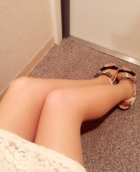 女性 足 脚 太股 膝 ひざ ふくらはぎ 脹脛 サンダル 靴 スカート 玄関 ドア 床 美脚 リボン 扉 壁 おでかけ デート ストッキング ビューティー