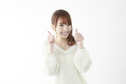 人物 女性 日本人 若い 20代 セーター ニット カジュアル モデル かわいい キュート ポーズ おすすめ 屋内 白バック 白背景 上半身 仕草 ジェスチャー 表情 両手 サムズアップ ハンドサイン グッド 良い 成功 うれしい 笑顔 mdjf005