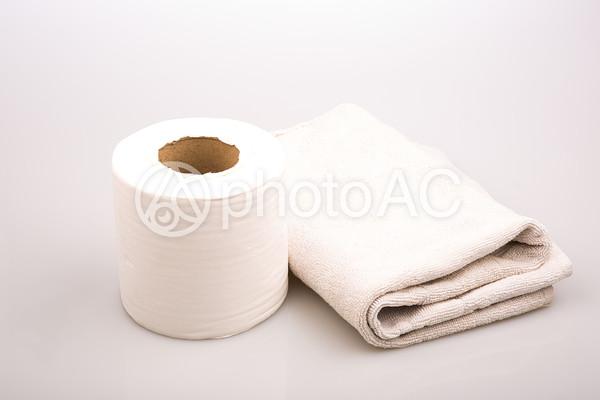 タオルとトイレットペーパーの写真