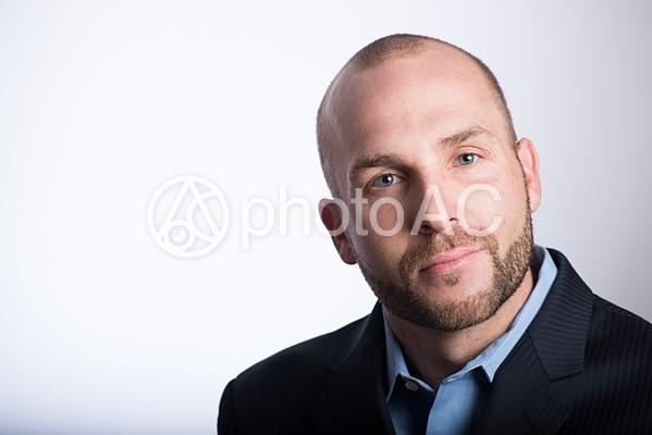 スキンヘッド外国人男性顔アップ8の写真
