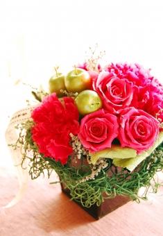 花 フラワー バラ ローズ カーネーション 赤いカーネーション 赤 レッド 母の日 母 ママ お母さん フラワーアレジメント 感謝 リボン かわいい きれぃ 背景 花素材 ポストカード 華やか ありがとう 感謝の気持ち 余白 文字入れ プレゼント プリザーブドフラワー ときめき 贈り物 ギフトカード ギフト 明るい 逆光 春 プリザーブドフラワー プリザーブドフラワー プリザーブドフラワー