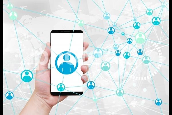 スマートフォンとネットワーク-グローバルテック背景の写真