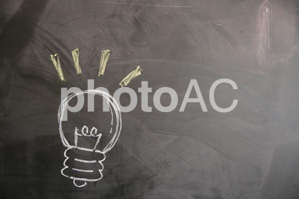 黒板に書いた豆電球の絵の写真