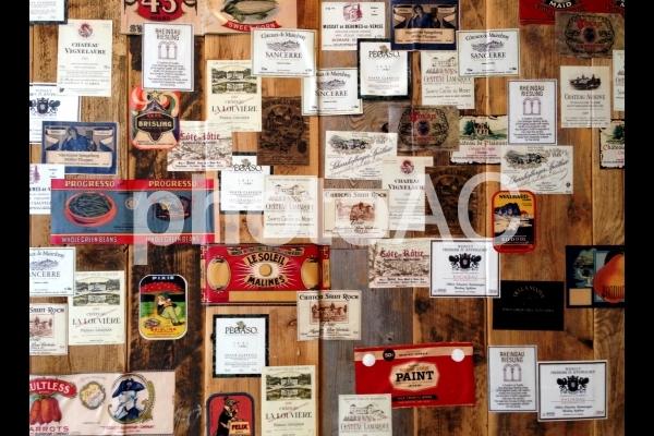ビンテージラベルと木 壁の写真
