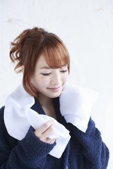 人物 女性 日本人 若い 20代  バスローブ 部屋着  モデル かわいい   キュート ポーズ おすすめ 屋内 室内  部屋 朝 ライフスタイル 上半身 身支度 シャワー 風呂 入浴 起床 タオル 明るい 寝起き mdjf005