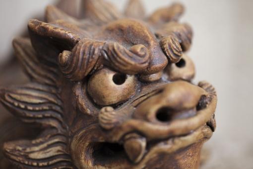シーサー 顔 沖縄 守り神 番犬 神話 おとぎ話 童話 想像上の生物 睨む 睨みつける 鋭い眼光 怒り 激怒 憤慨する 憤り ドアップ どアップ 獅子 ライオン ギョロ目 置物
