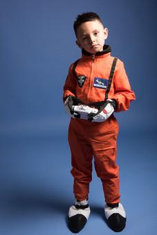 背景 ダーク ネイビー 紺 男の子 男子 男児 男 子ども こども 子供 1人 ひとり 一人  児童 宇宙服 宇宙 服 スペース スペースシャトル 宇宙飛行士 飛行士 オレンジ 希望 夢 将来 未来 体験 職業体験 職業 小道具 小物 コントローラー リモコン 全身 外国人  mdmk009