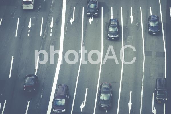 車線が多い交通道路の写真