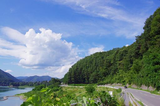 山奥 山 深緑 緑 グリーン 新鮮 空気 酸素 空 快晴 晴れ 晴天 曇り 白い雲 樹木 木々 植物 橋 ブリッジ 赤い 湖 水辺 水 エメラルド 広い 広大 景観 景色 風景 道路 路面 車 ドライブ 旅行 観光 旅 一本道 ロード