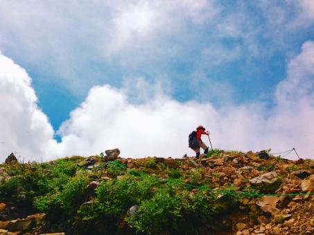 頂上間際の登山道の写真