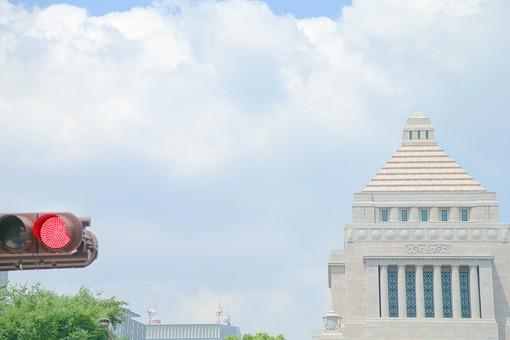 国会議事堂 国会 議事堂 建物 建築 東京 千代田区 永田町 中央塔 ピラミッド型  信号機 信号 交通 交通安全 装置 赤信号 信号灯 進行不可 赤い 赤色 レッド  空 お空 晴れ 雲 積乱雲 入道雲  木 葉っぱ 葉