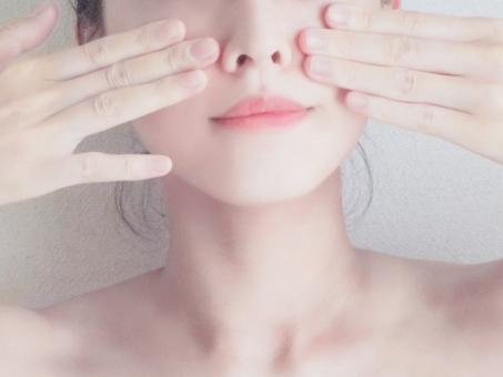 小顔マッサージをする女性の写真