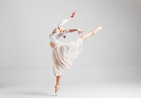 ダンス ダンサー ポーズ 体勢 姿勢 体位 ステップ 踊る 踊り 運動 スポーツ 振り付け 振付 振り 女性 女 外国人 若い 全身 バレエ バレリーナ 手 腕 上げる 万歳 バンザイ 足 脚 開く 開脚 つま先 つま先立ち 横顔 背景 白 ホワイト mdff128