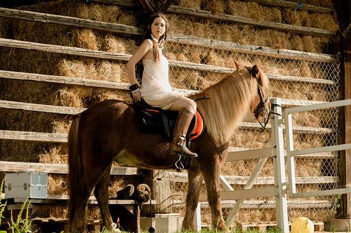 人物 女性 外国人 外人 外国人女性  外人女性 モデル ロングヘア 長髪 黒髪  ファッション フォークロア フォークロア調 ボヘミアン 民族衣装  エキゾチック 幻想 幻想的 ロマンチック ファンタジー 屋外 野外 外 牧場 動物 馬 乗馬 全身 mdff086