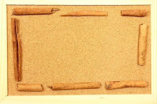 スパイス ハーブ シナモン シナモンスティック 調味料 香辛料 香料 食べ物 食材 乾燥 フレーム 余白 コピースペース テキストスペース 背景 背景素材 バックグラウンド 囲み枠 枠 並べる 木枠 木 コルク コルクボード 自然 シンプル 植物
