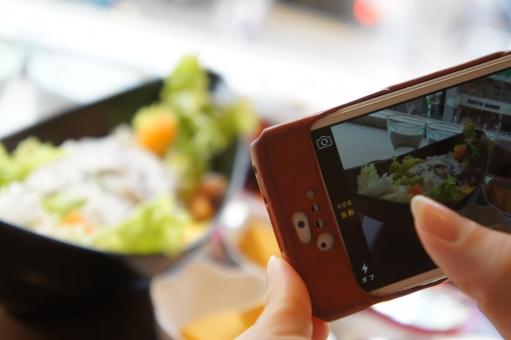 スマホ スマートフォン スマートホン iPhone 女性 女子 手 料理 撮影 携帯電話 通信 カフェ ランチ 昼食 指 SNS Twitter スマフォ モバイル 写真撮影 mixi 写メ シェア facebook 共有 スマホで撮影 アップロード 写メール instgram