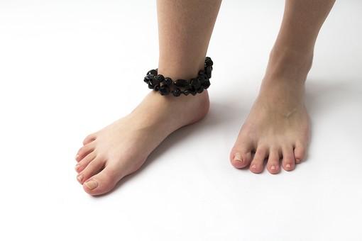 足 脚 あし フット 生足 裸足 素足 女性 女 女子 ウーマン 立つ 起立 20代 30代 足元 脚の甲 足の甲 フットケア 両脚 両足 人物 若い 若者 美容 ヘルスケア 足の爪 肌 スキンケア 白背景 足の指 ファッション アクセサリー アンクレット 足首 つま先立ち