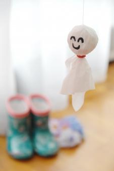 てるてる坊主 てるてるぼうず 晴れ 雨 梅雨 雨季 人形 ティッシュ 長靴 願い 祈念 祈り 祈る 願う 遠足 旅行 リビング リビングルーム 天気 季節 日本 風習 伝統 日本的 運動会 笑顔