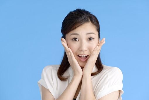 女性 ポーズ 人物 30代 日本人 黒髪 爽やか カジュアル 屋内 正面 ブルーバック 青背景 半そで 白  両手 びっくり 驚き 驚愕 予想外 口 開ける 腕 曲げる 上半身 顎 当てる 真正面 あんぐり mdjf013