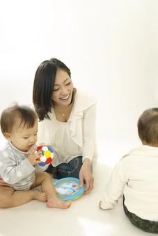 親子 母子 親 おや 母 母親 ママ マザー 子ども 子供 子 赤ちゃん 赤ん坊 乳児 幼児 ベイビー 絆 笑顔 笑う 女性 女 人物 触れ合い ふれあい 室内 部屋 座る 玩具 おもちゃ ボール 兄弟 姉妹 遊ぶ 日本人 mdfk006 mdfk008 mdjf016