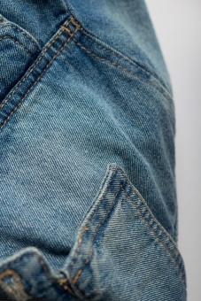ジーンズ ジーパン Gパン デニム 無地 柄 生地 布 布地 縫目 縫い目 糸 ファッション 服装 服 ズボン 尻 お尻 後ろ 足 脚 青 ブルー 水色 パンツ 白背景 白バック  ポケット