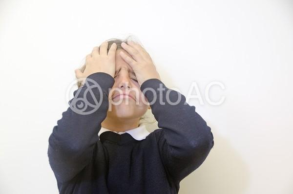 頭を抱える女の子2の写真