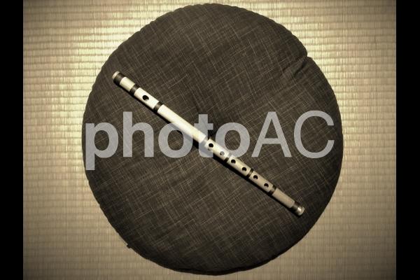 篠笛とまるい座布団 (セピア色)の写真