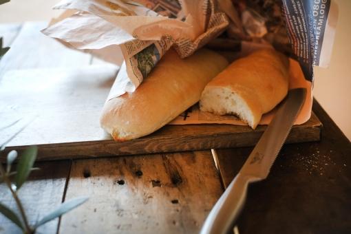 焼きたてのパン パン ぱん 手作り 手作りパン 新聞紙 テーブル bread homemade baguette バゲット パン切り包丁 ダイニングテーブル 食卓